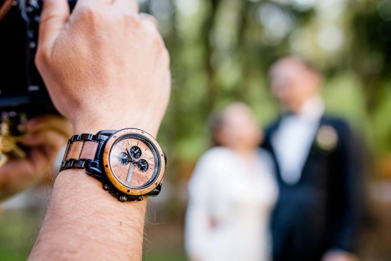 Uhr von Holzkern mit Brautpaar